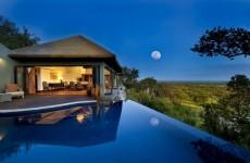 Bilila Lodge im Mondschein